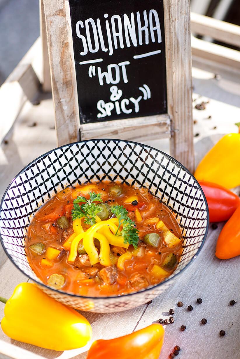 Vegetarische Soljanka mit Tofu und Paprika