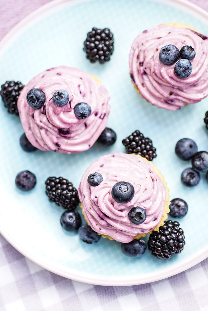 Dinkel-Cupcake mit Blaubeer Frosting