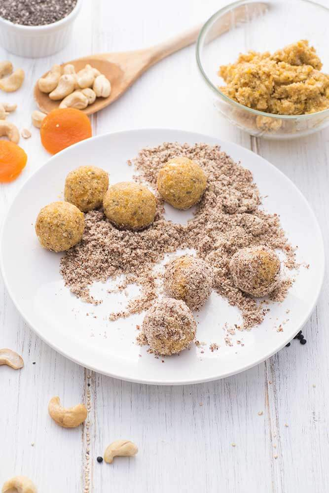Energy Snack Balls mit Cashew und Chia während der Zubereitung
