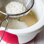 Biskuitteig Zubereitung - Mehl einsieben