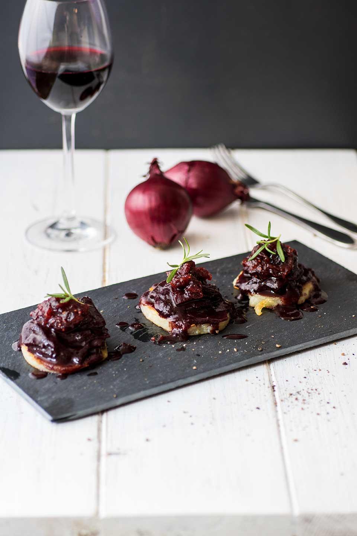 Gebratene Klöße mit Rotweinzwiebeln Rezept