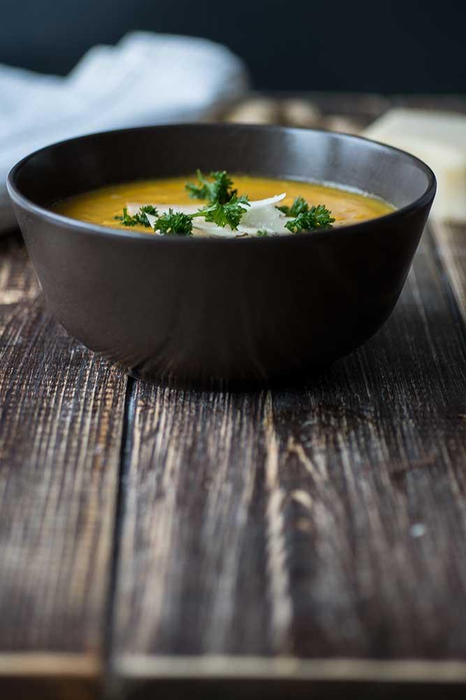Karotten-Ingwer-Suppe in einer Schüssel Rezept