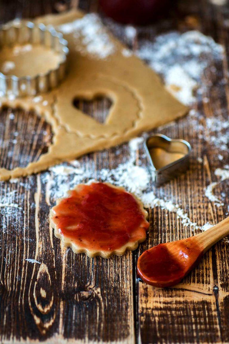 Marmelade auf Spitzbube streichen