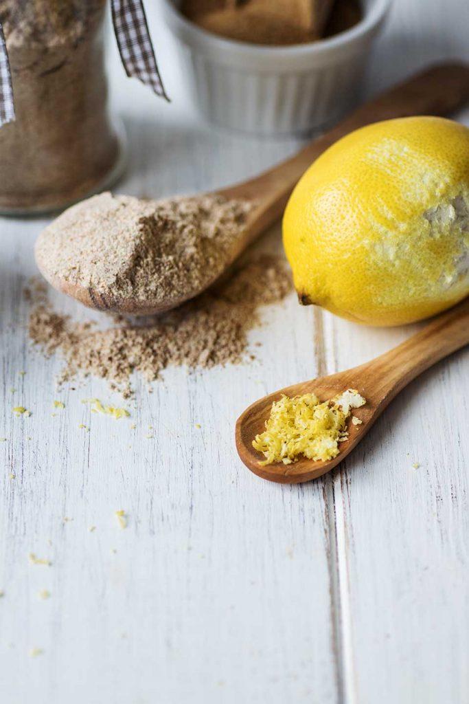 Zitronenabrieb auf kleinem Holzlöffel