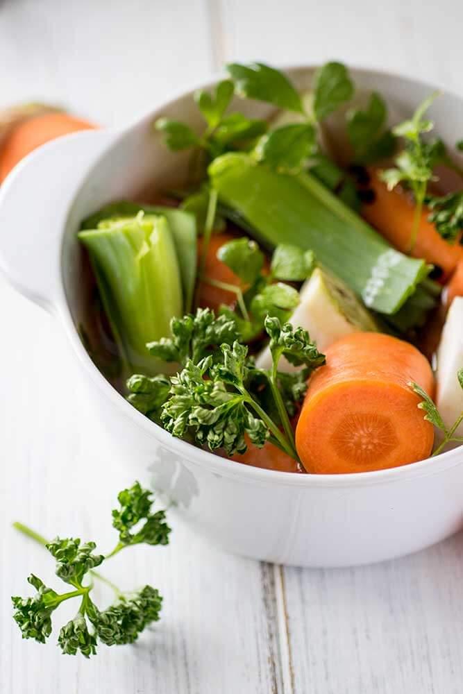 Frische Gemüsebrühe zubereiten