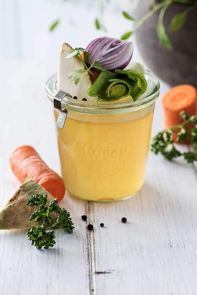 Gemüsebrühe im Glas
