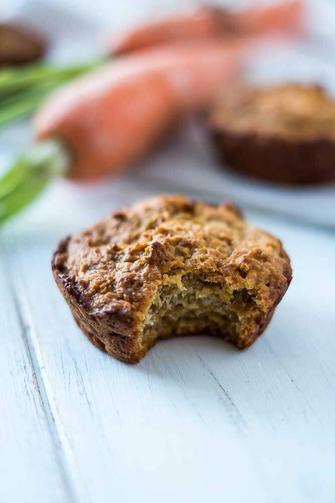 Angebissener Muffin mit Karotte-Kokos