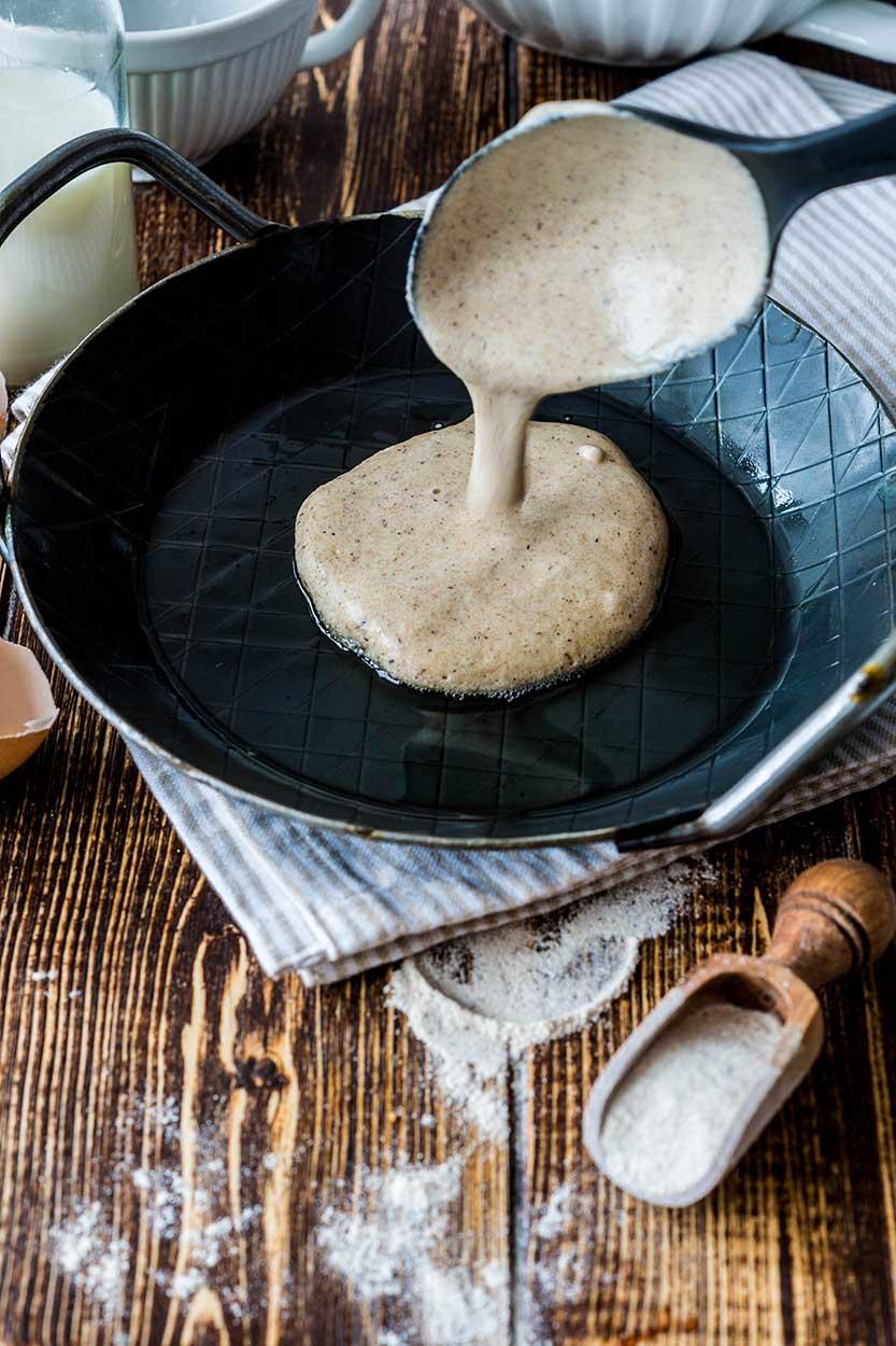 Pancakes in Gußpfanne braten