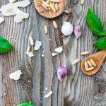 Basilikum, Pinienkerne, Knoblauch, Parmesan auf Brett