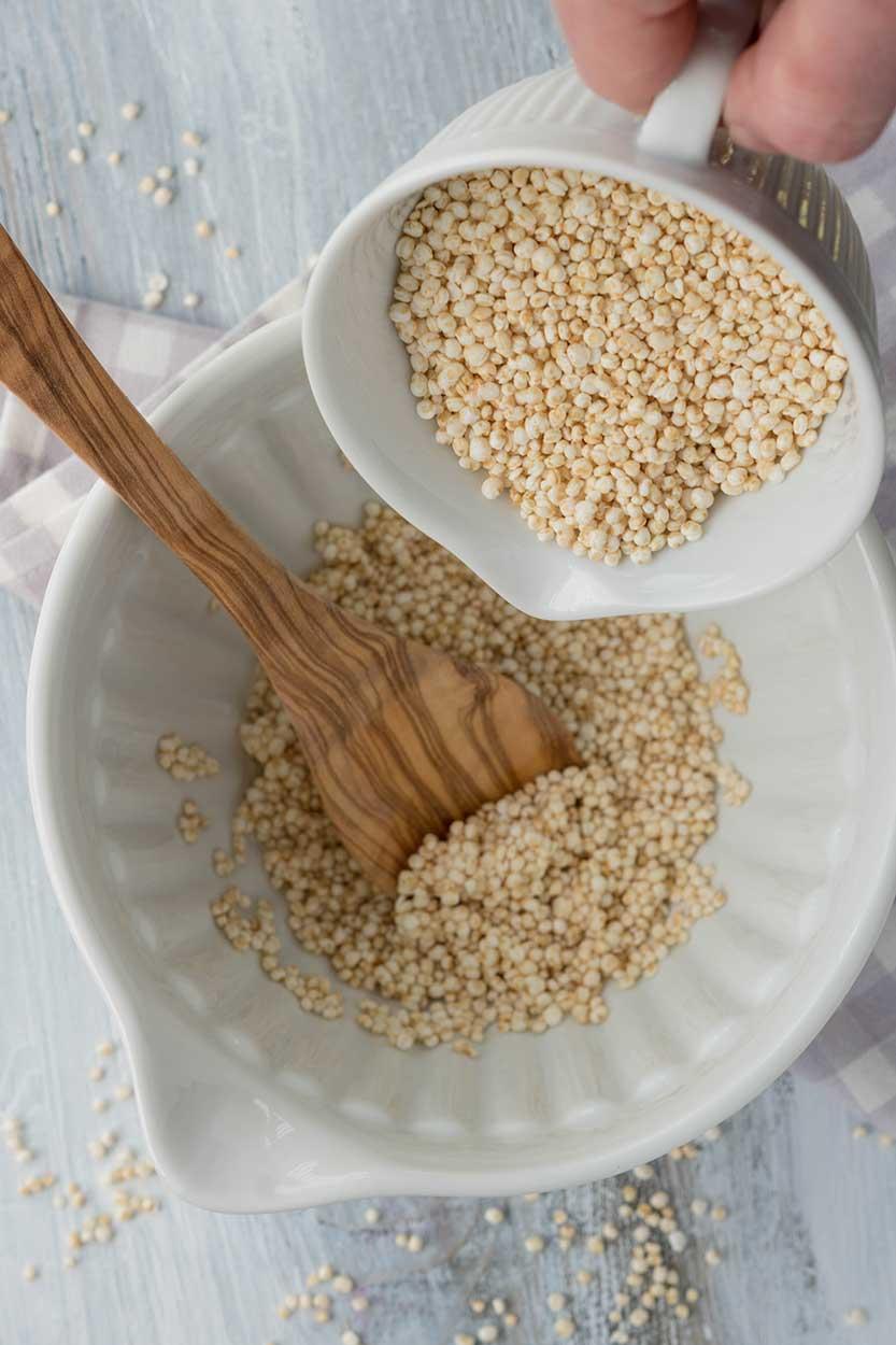 gepuffter Quinoa in Schüssel