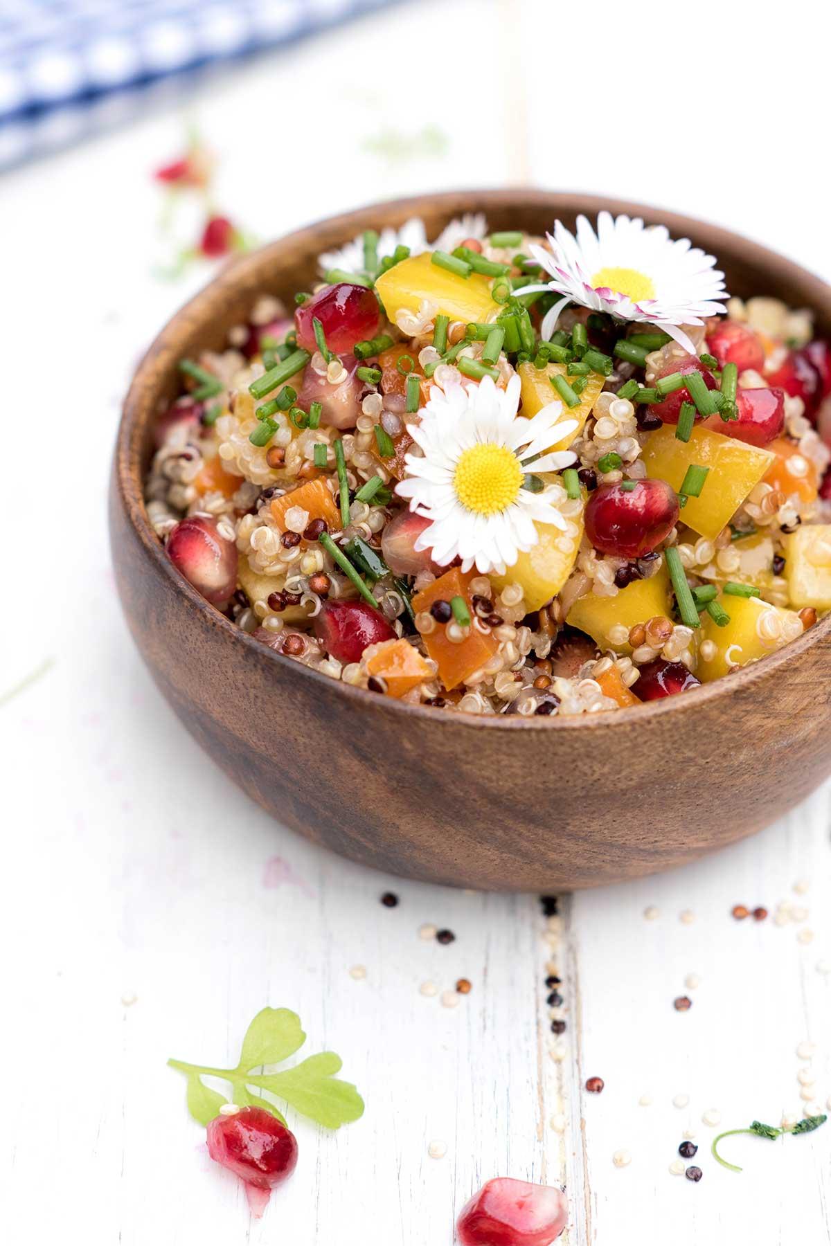 Bunter Quinoa Salat auf weißem Holz