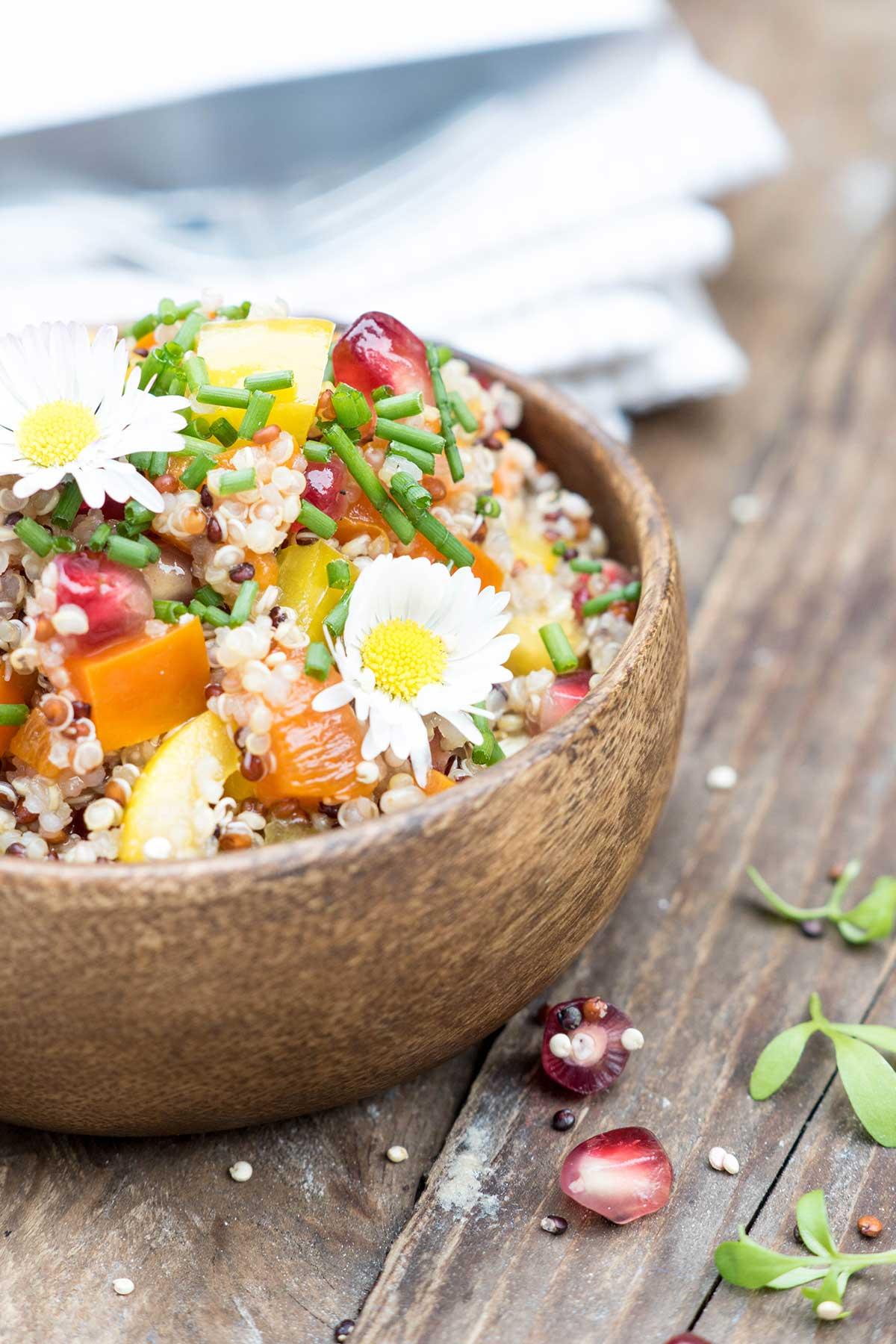 Sommerlicher Quinoa Salat in brauner Schüssel