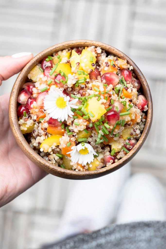 Sommerlicher Quinoa Salat in brauner Schüssel mit Granatapfel