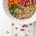 bunter Quinoa, Granatapfel, Paprika in weißer Schüssel