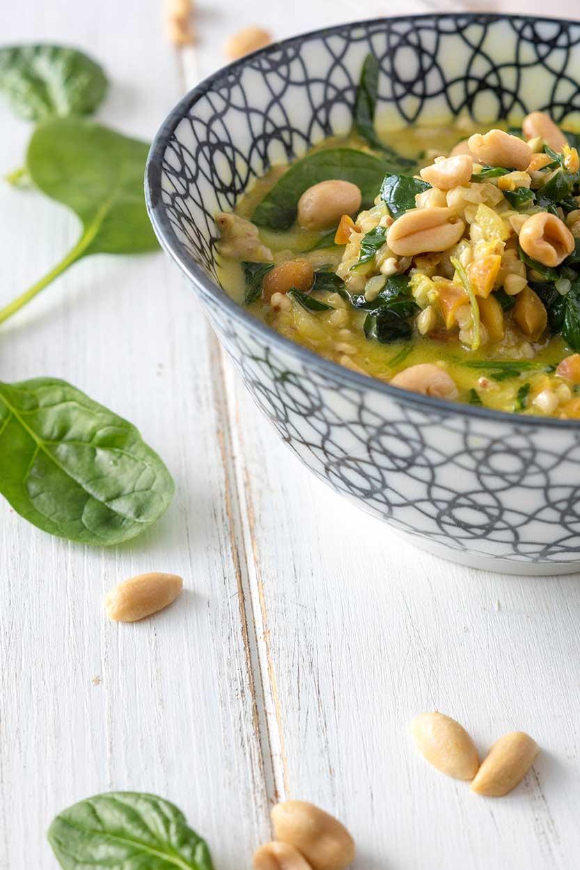 Spinat Buchweizen Curry in einer Schüssel