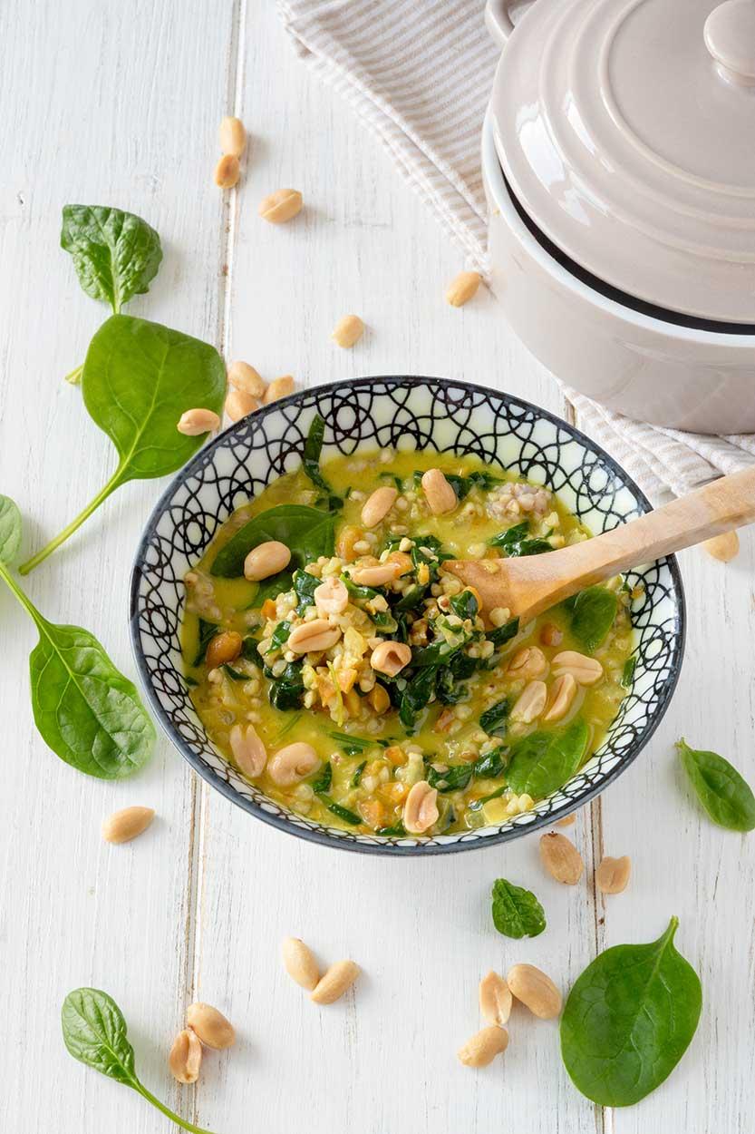Spinat Buchweizen Curry in weisser Schüssel