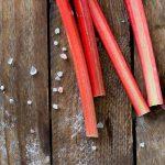 Rhabarber Stangen auf Holz