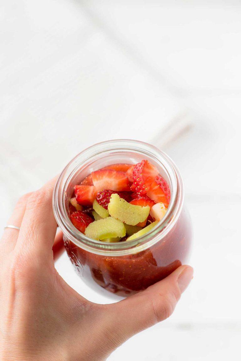 Erbeermarmelade mit Fruchtstückchen im Glas