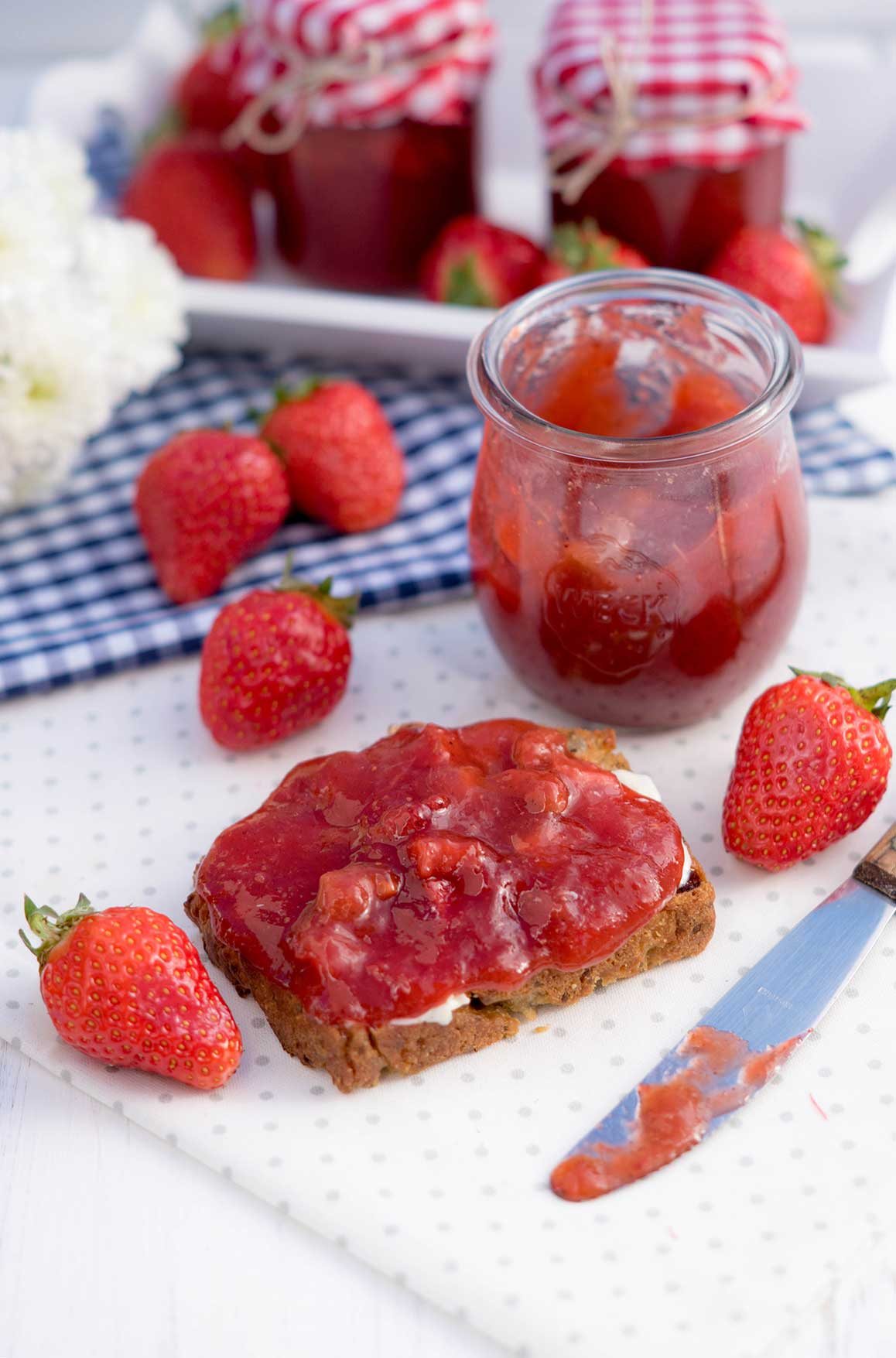 Erdbeermarmelade auf Brot