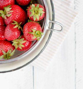 Frische Erdbeeren mit Sieb