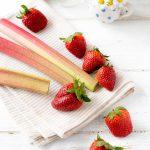 Erdbeeren und Rhabarber auf Decke