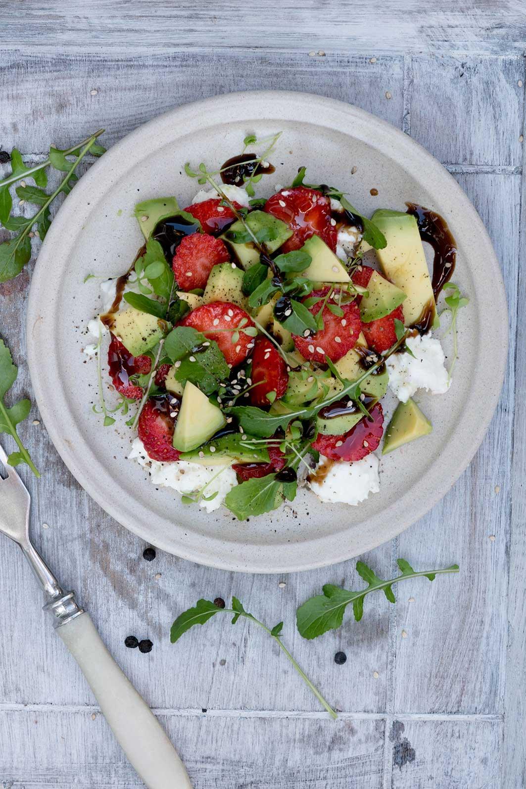 Bunter Sommersalat mit Avocado mit Gabel