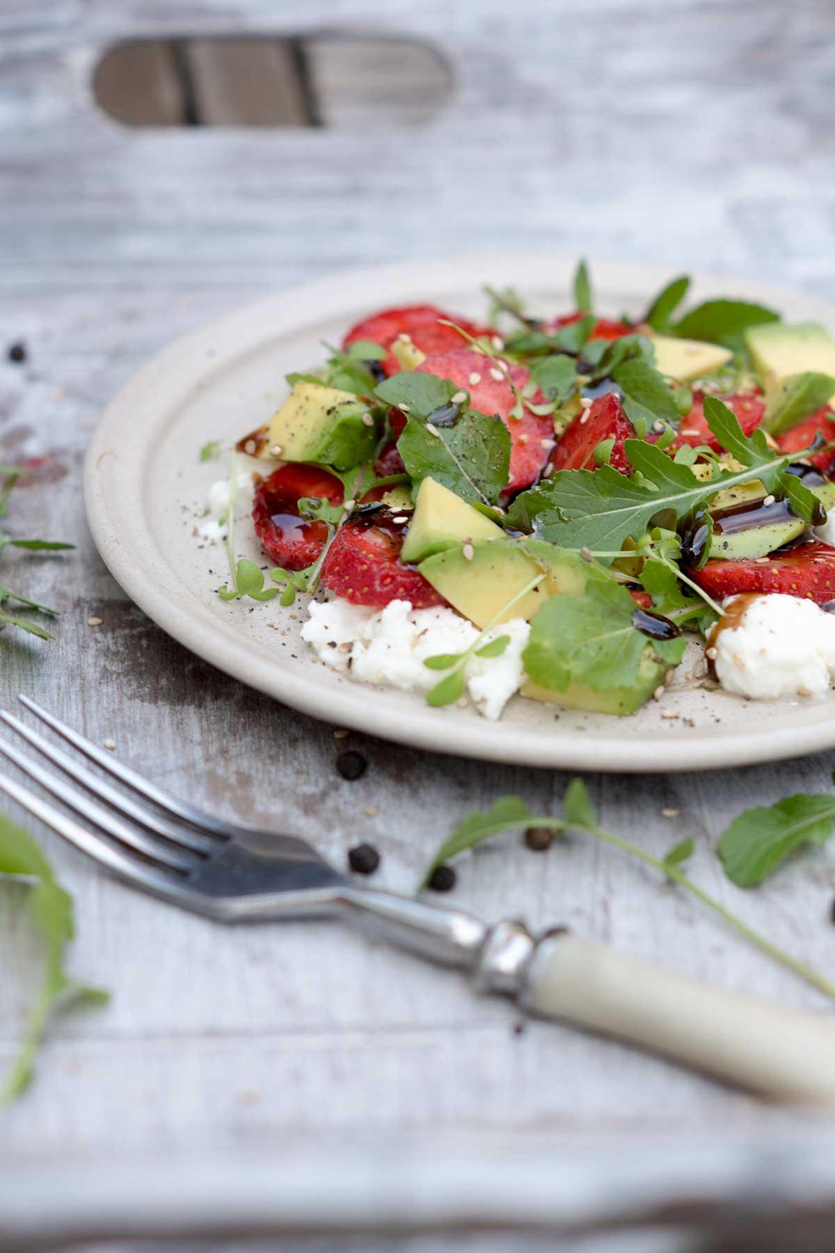 Bunter Sommersalat mit Avocado und Erdbeeren