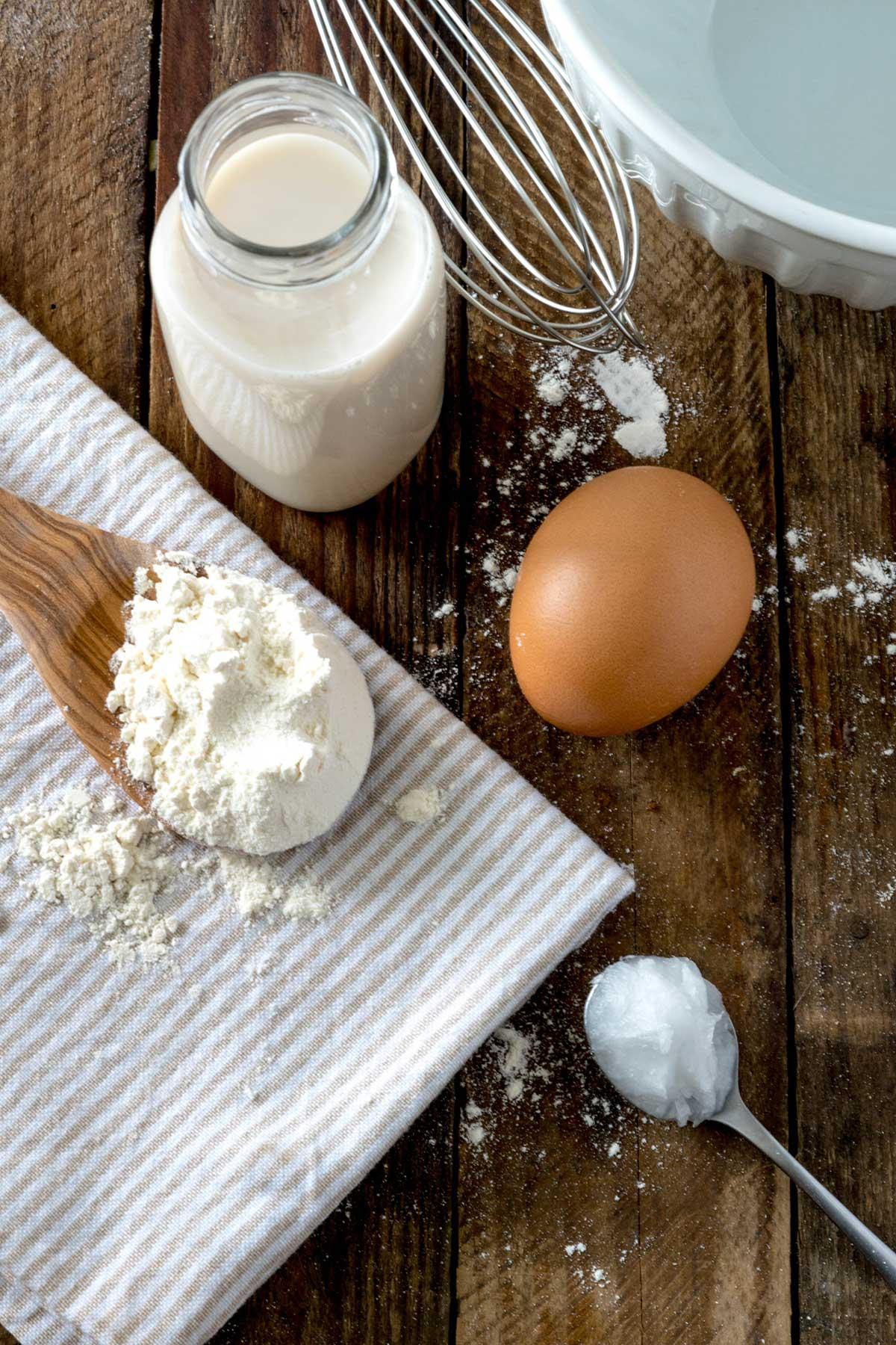 Dinkelmehl, Ei, Milch, Schneebesen