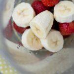 Bananen und Erdbeeren im Mixer