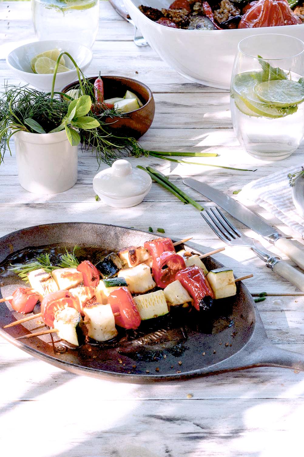 Gemüsespieße auf einer Pfanne