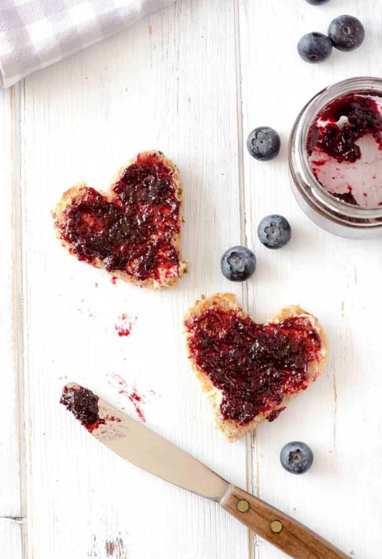 Heidelbeermarmeladen-Aufstrich auf Brot in Herzform