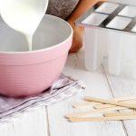 Joghurt in Schüssel geben