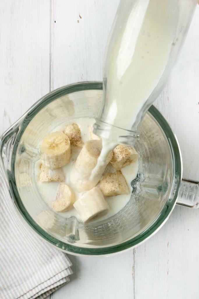Milch in Standmixer gießen