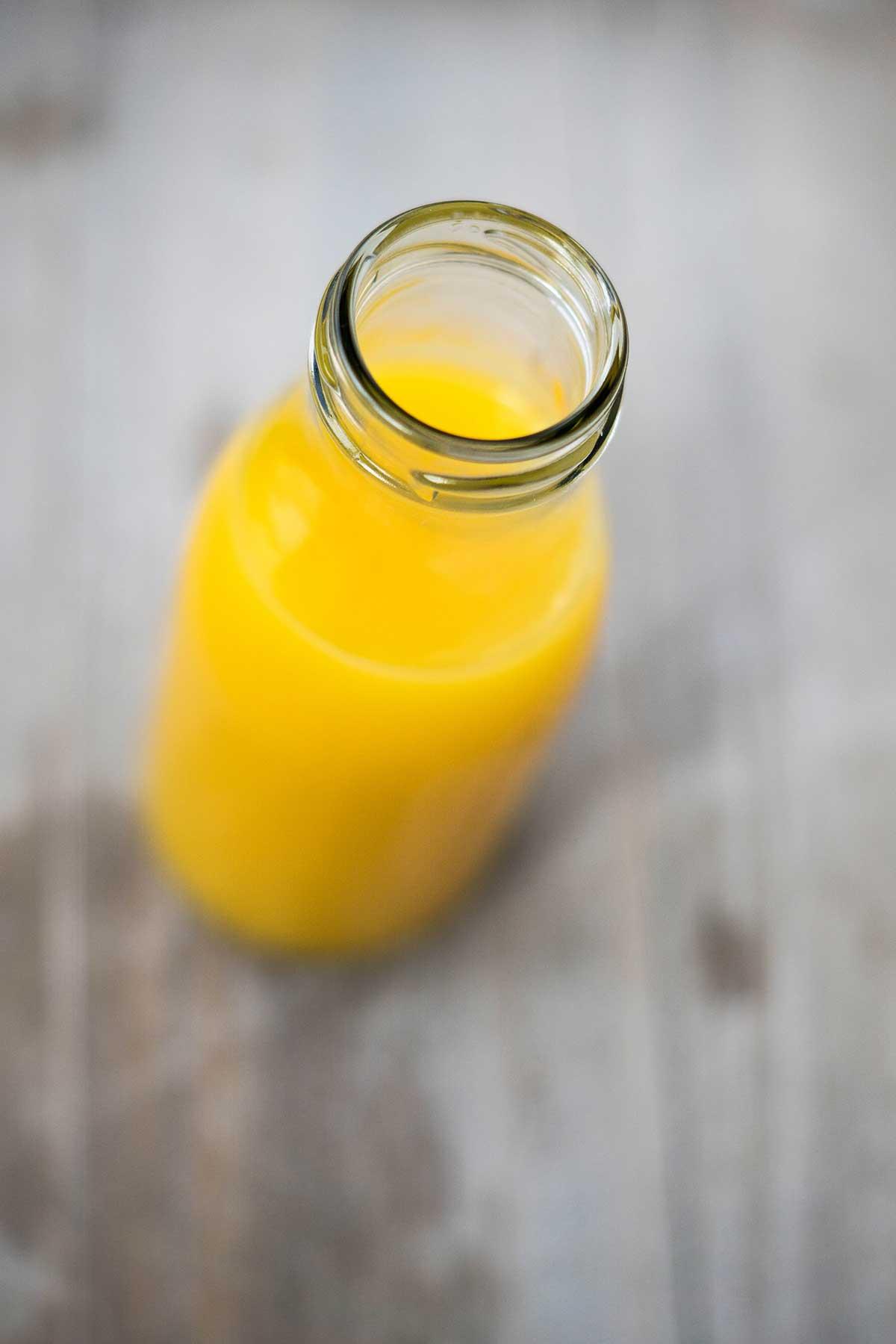 Orangensaft im kleiner Flasche