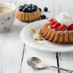 Tortelett mit Erdbeeren, Sahne und Kuchenlöffel