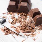 Kleingeschnittene Schokolade mit Messer