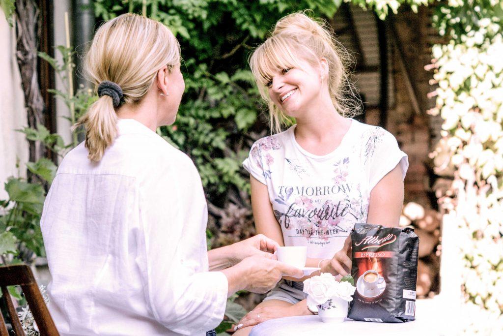 zwei Frauen trinken Kaffee