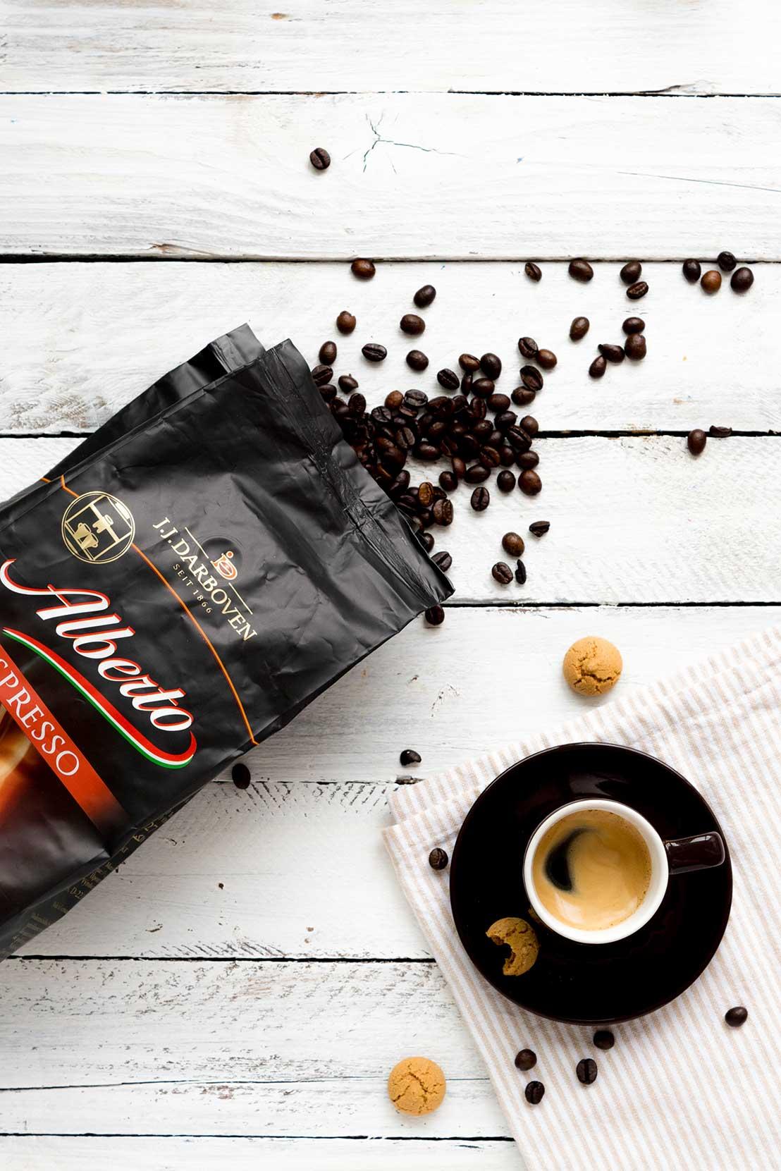 Offene Kaffeepackung mit Espresso