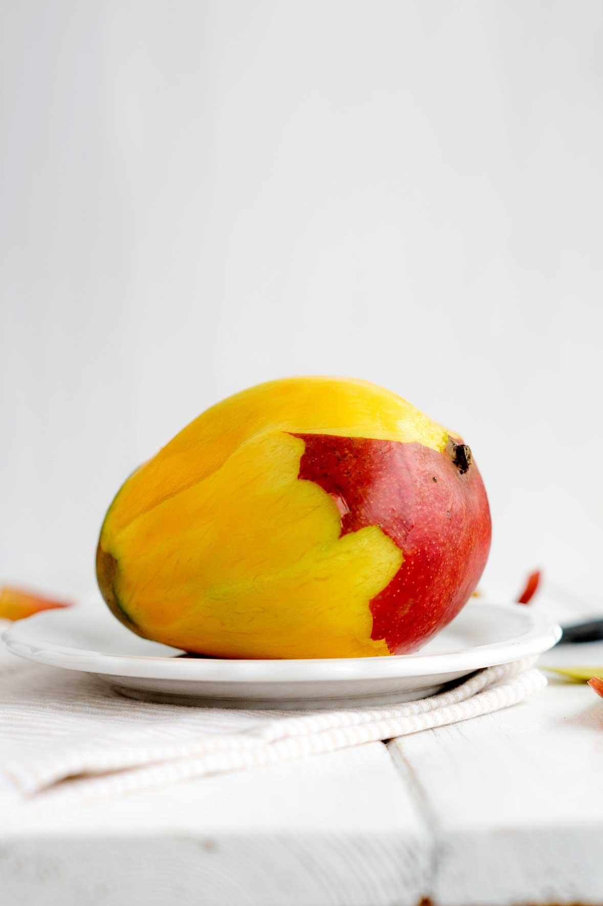 Geschälte Mango auf einem Teller