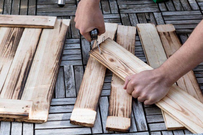 Nägel aus Holzbrettern entfernen