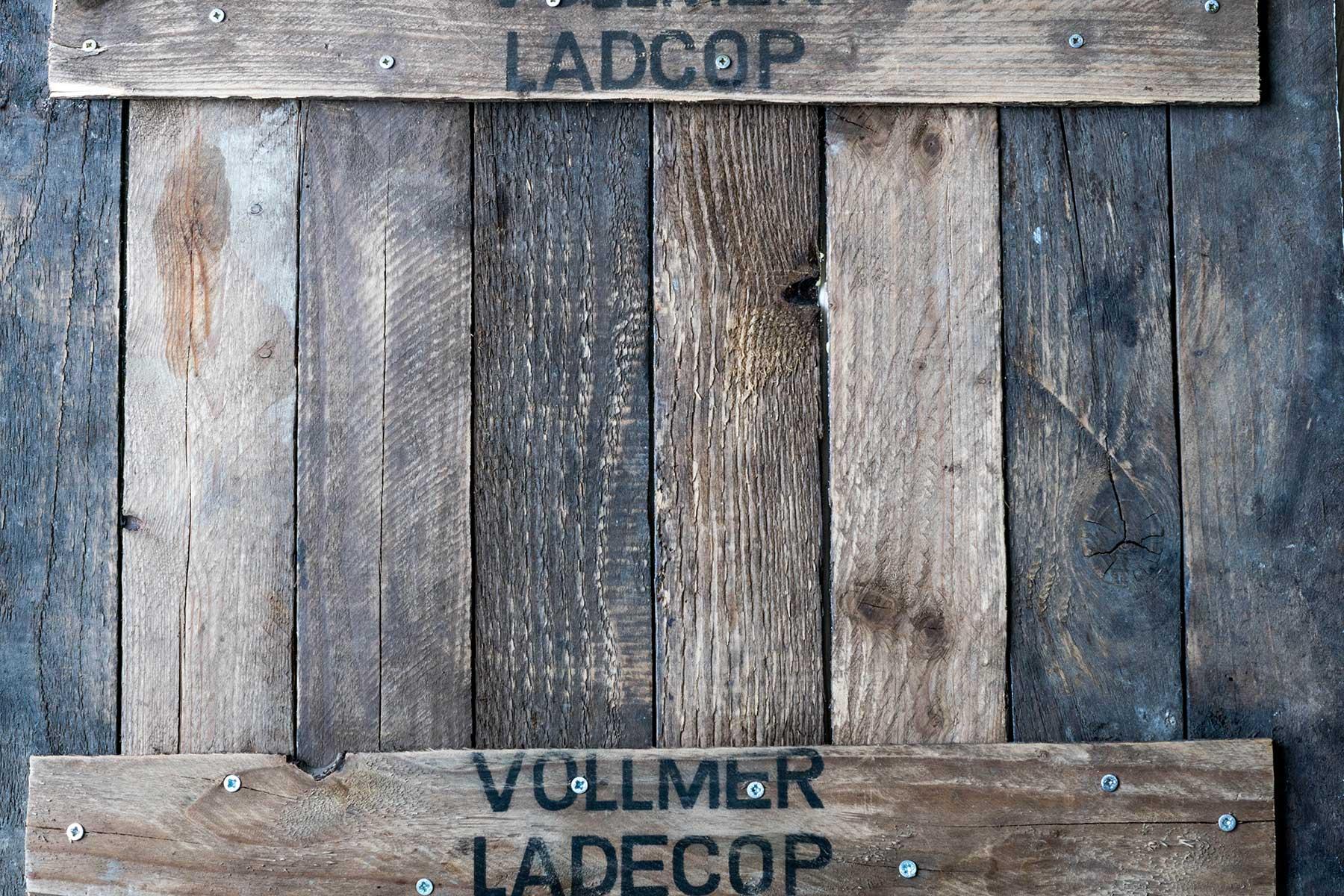 Rustikaler dunkler Holzuntergrund