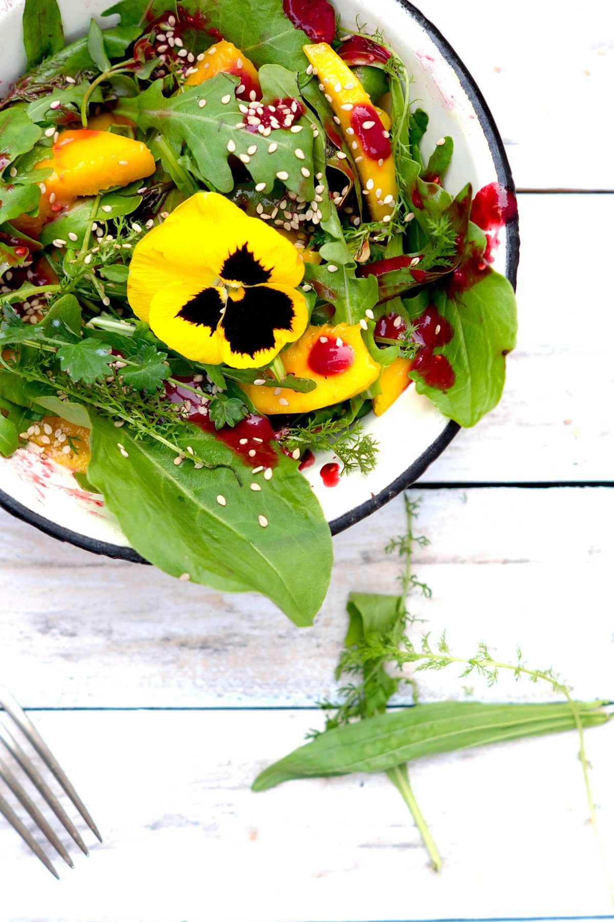 Essbare Blute auf Sommersalat