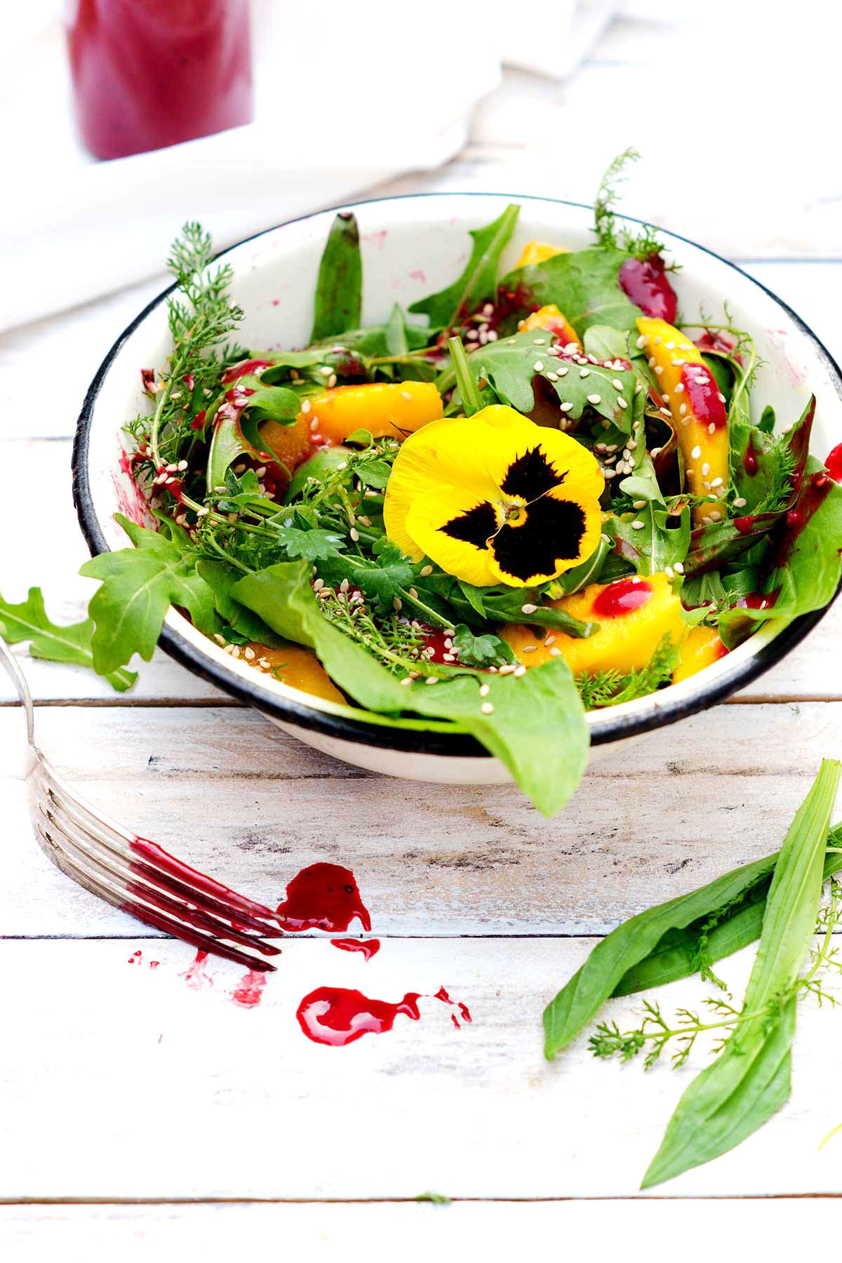 Salat mit rotem Dressing in einer Schüssel
