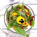 Sommersalat in einer hellen Schüssel und Gabel