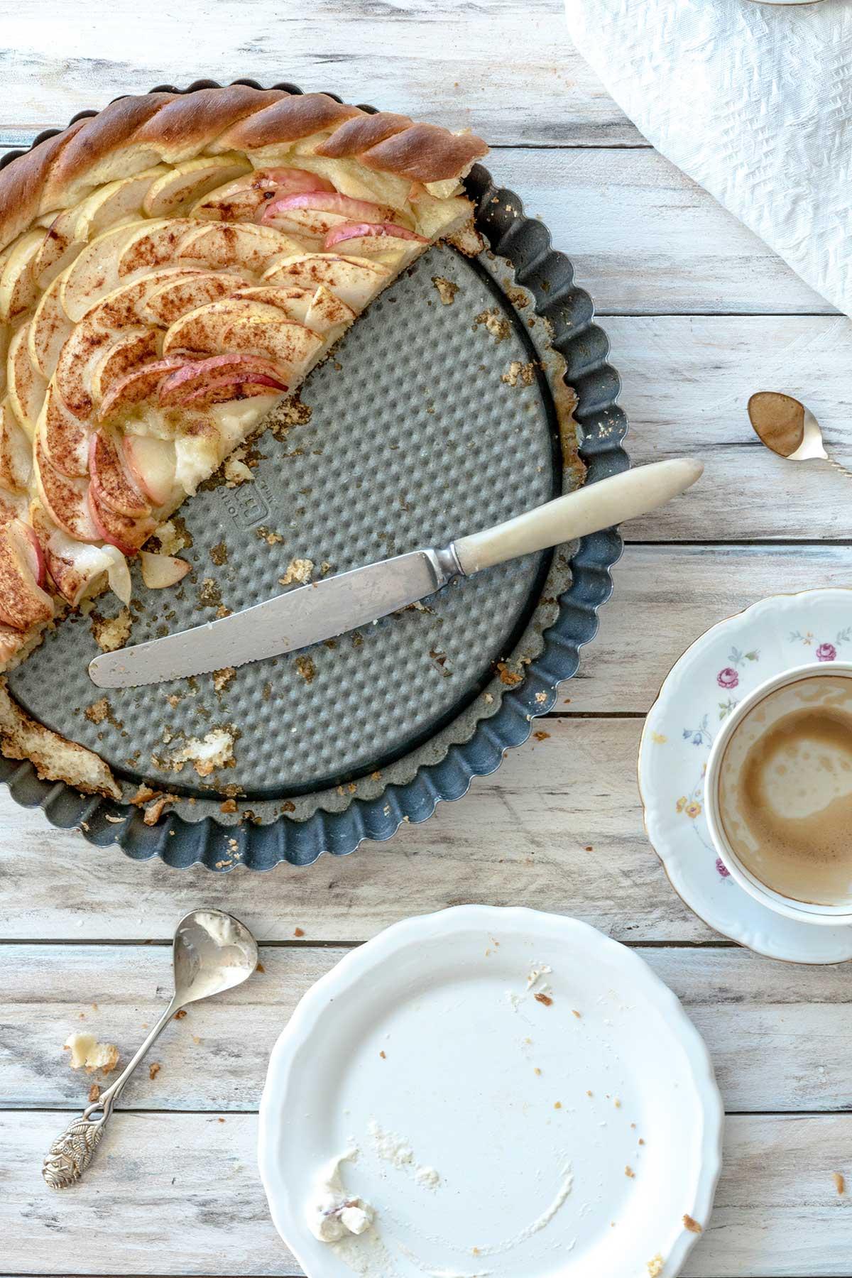 Angeschnittener Apfelkuchen mit Messer