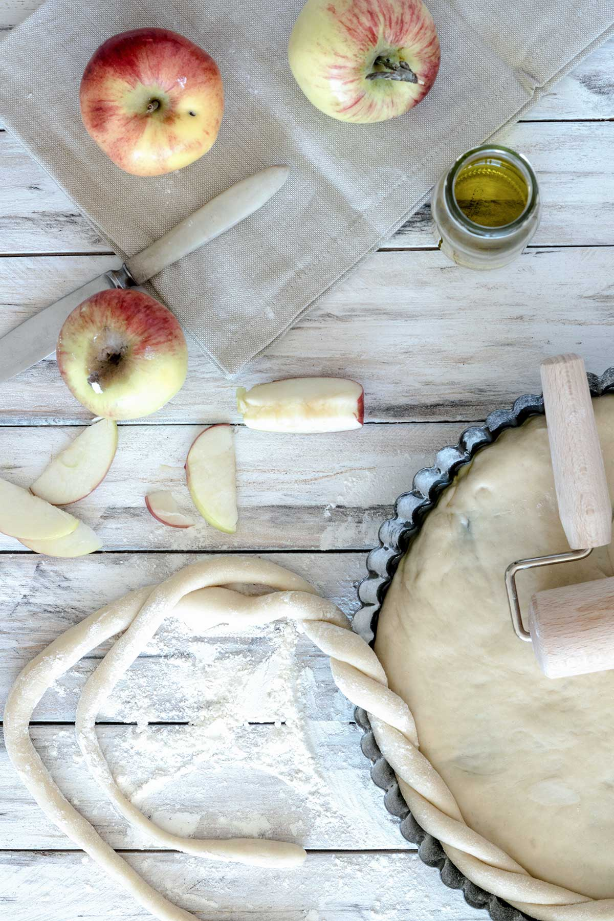 Teig in einer Form mit Äpfeln