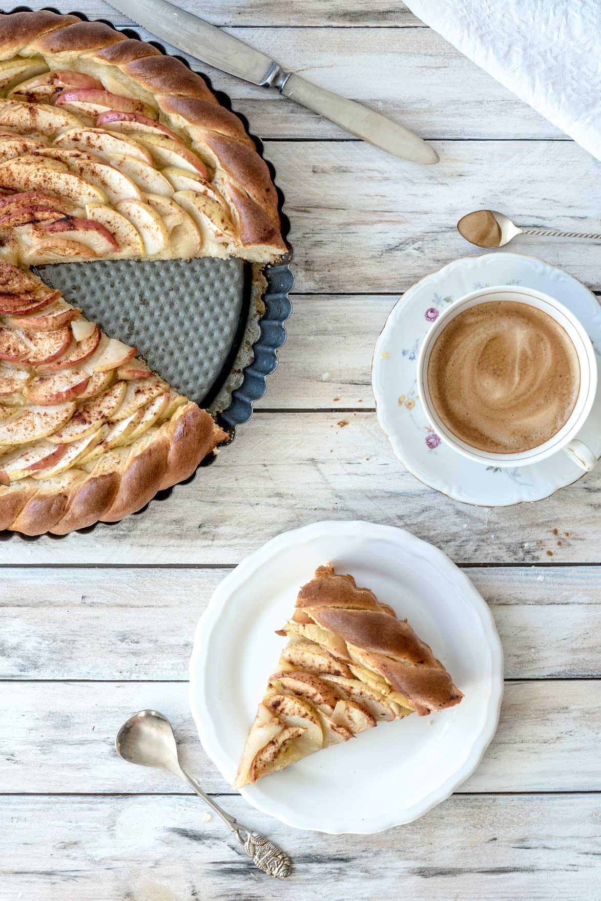 Kaffee und Apfelkuchen auf einem Tisch