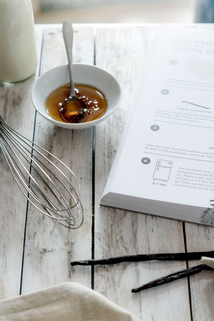 Kochbuch auf Holztisch