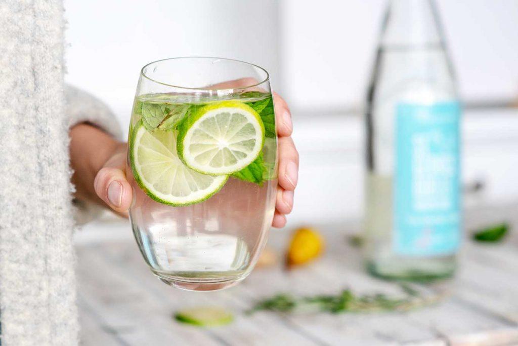 erfrischendes Infused Water mit Limette und Minze