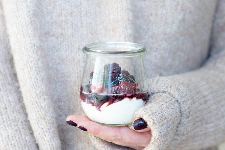 Dessert in einem Glas mit Beeren